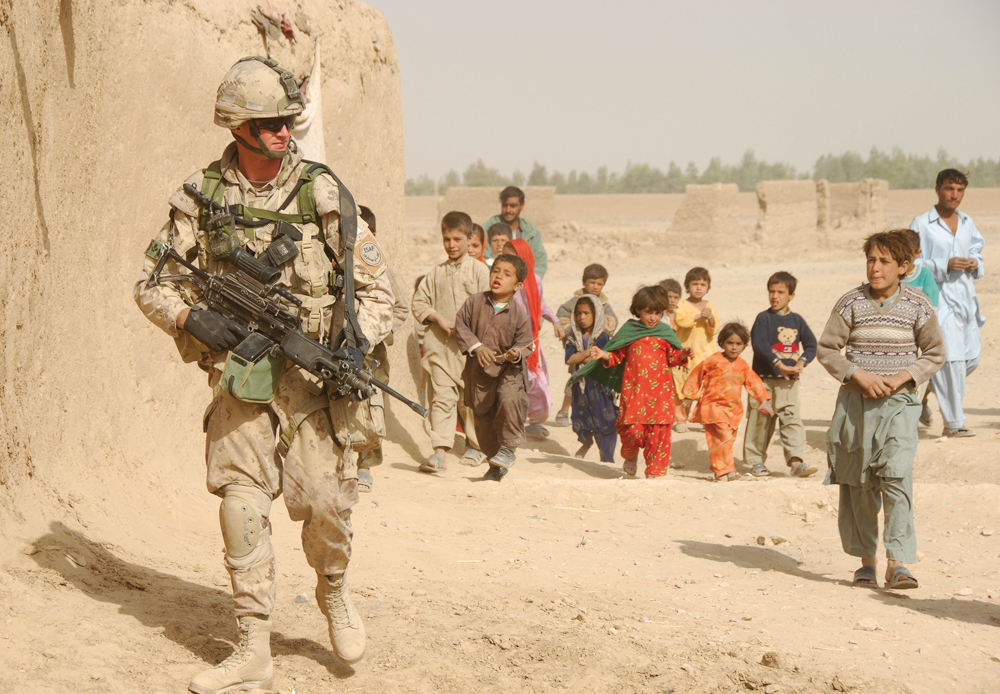 Soldier and children / Soldat et des enfants